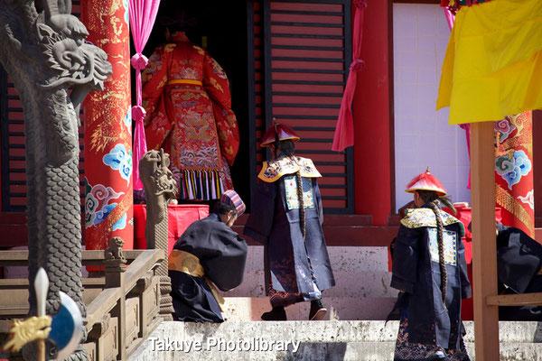 01b-0016  琉球国王は正使・副使と共に正殿へ。 正殿内で正使・副使と歴代中国皇帝の扁額を拝観。