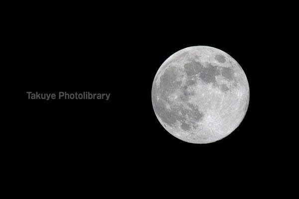 07c-0012 1ヶ月に2回満月が見られる天体ショー「ブルームーン」。とは云え見た目は普通の満月