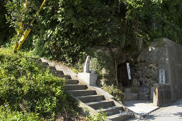 06i-0015 北森御嶽入口。右脇に「黄金豊饒神」拝所。