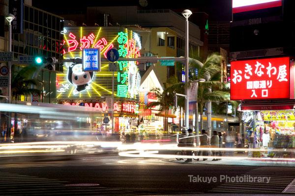 07b-0005 国際通り。街ゆく車の光跡。
