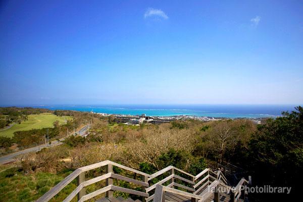 06b-0002 主郭城門からの眺望 眼前には、ゴルフ場や、大海原が広がる