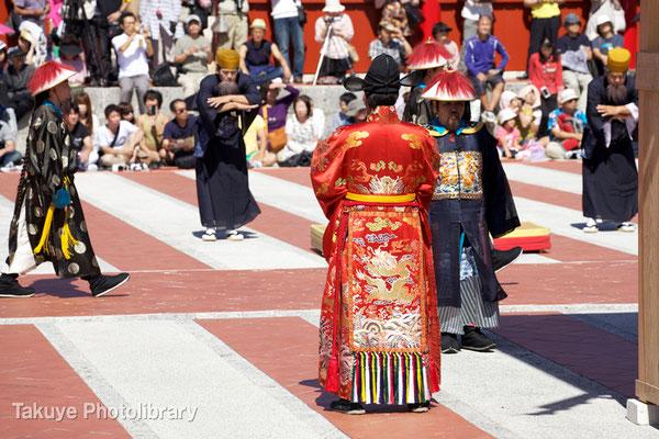 01b-0005 使節団を迎える琉球国世子  右側は引礼官(いんれいかん)国王の誘導や号令をかける役職