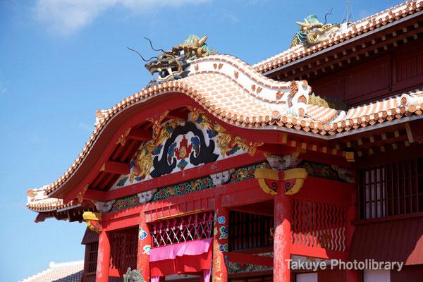 01-0057 首里城 正殿 唐破風妻飾と屋根の上の龍頭棟飾