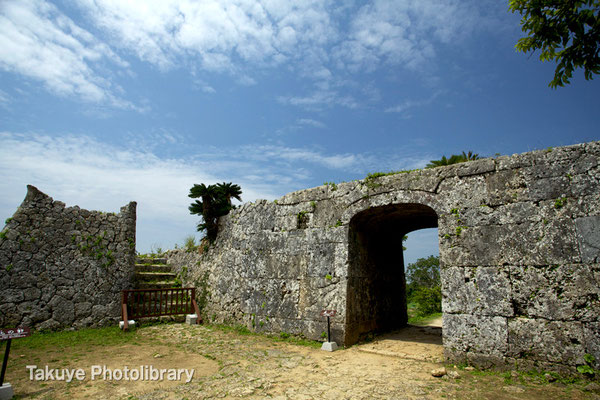 04-0016 北の郭 物見台と精巧なアーチ状の裏門