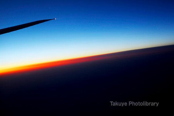 07c-0003 朝陽と高度10,000mのブルー