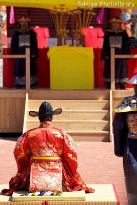 01b-0010 三跪九叩頭礼。拝礼後、闕庭(けってい)で中国皇帝からの贈り物を賜る。