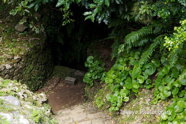 04-0001 北の郭にある大井戸(ウフガー)。この城は城郭内に水を確保している