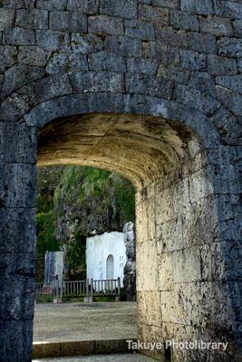 06c-0013 中御門(なかうじょう) 門の奥の白壁が英祖王陵(西室) その奥が尚寧王陵(東室)