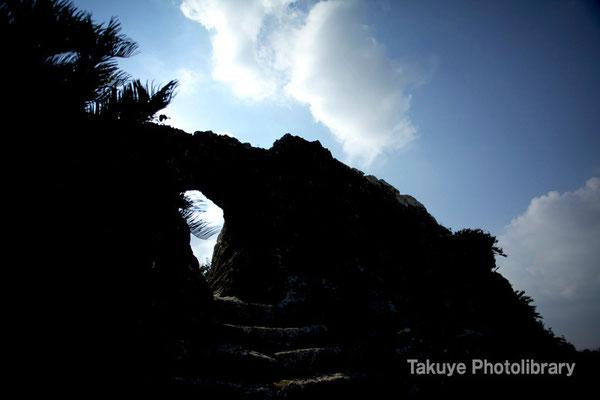 06b-0011 玉城城 主郭の城門 自然石をくり抜いてつくられた円形の特徴的な城門
