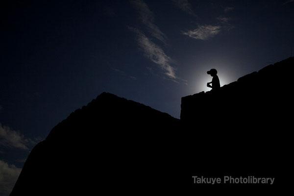 03-0020 陽を背負う肝高の少年