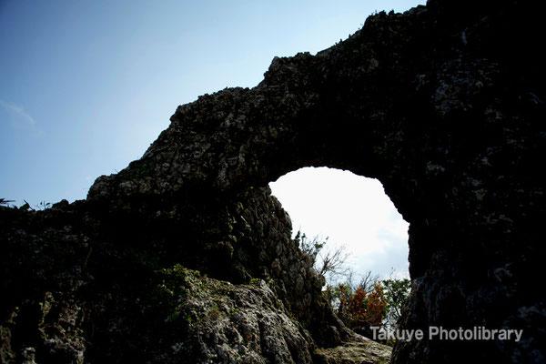 06b-0005 玉城城 主郭の城門 自然石をくり抜いてつくられた円形の特徴的な城門