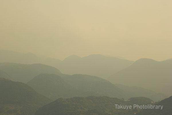 09-0069 猿葉山の稜線。長崎千々石(ちぢわ)観光センター展望台からの眺望