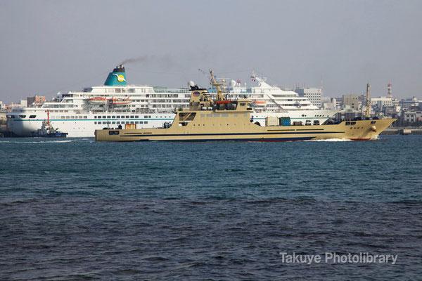 15-0030 クルーズ船アマデアの前を通過する2代目大東島定期船「だいとう」 690トン 全長83.62m