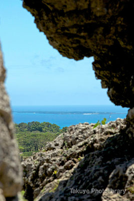 06b-0013 玉城城 主郭の城門から久高島を望む