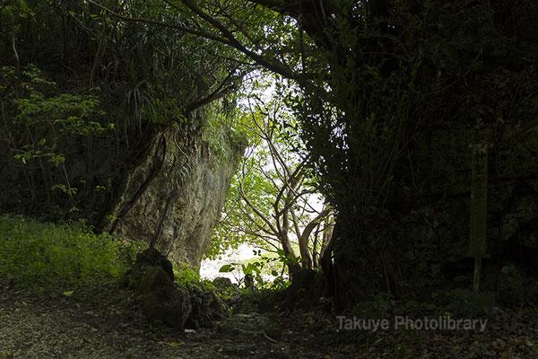 06h-0012 ヤブサツの浦原 浜川御嶽 光の先はニライカナイの海へと続く