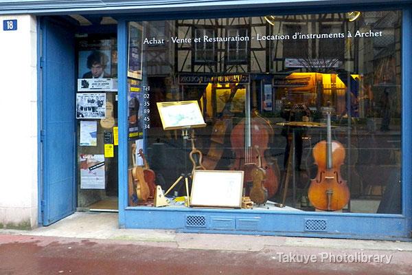 10-0092 ルーアンの楽器屋さん