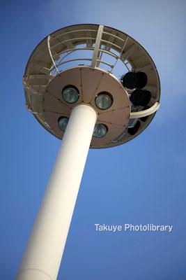 15-0028 空と照明塔のコントラスト コンテナヤード照明塔 那覇港湾