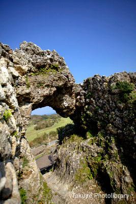 06b-0010 玉城城 主郭の城門 自然石をくり抜いてつくられた円形の特徴的な城門