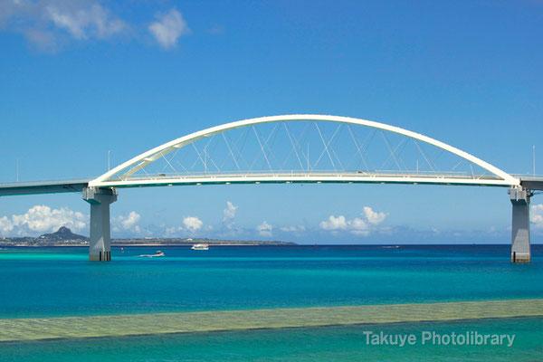 07d-0004 瀬底大橋と伊江島