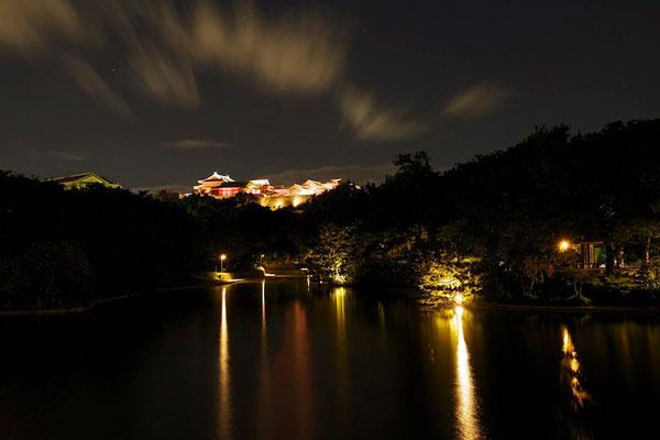 01-0036 首里城ライトアップ  下方は龍譚