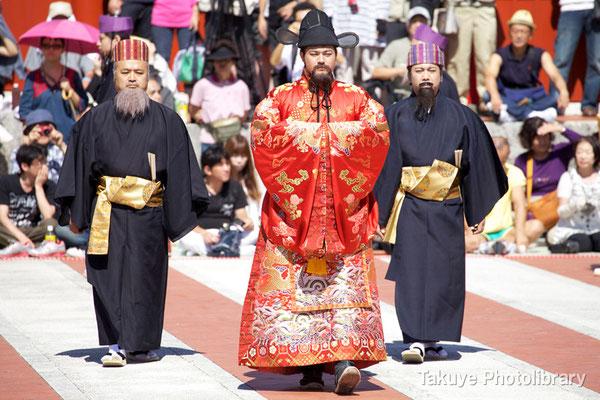 01b-0003 使節団を迎えるため御庭(うなー)へ先に入場する琉球国世子と摂政・三司官