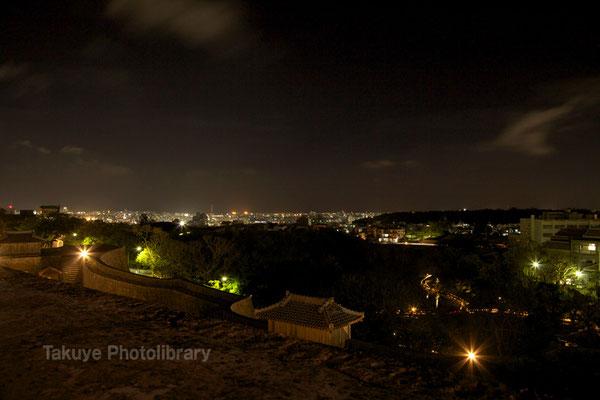 07b-0004 首里城からの眺め。万国津梁の灯火