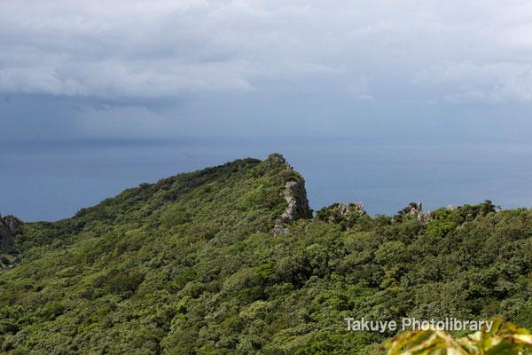 07-0060 安須森御嶽 そびえ立つシチャラ嶽。