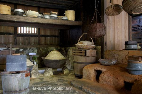 06f-0007 トゥングヮー(台所) 当時から使われていた、台所用品が展示されています。