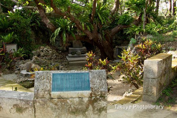 06c-0018 ディーグガマ 小さな窪地になっており、納骨堂、地蔵菩薩、 浦添王子遺跡などがある。