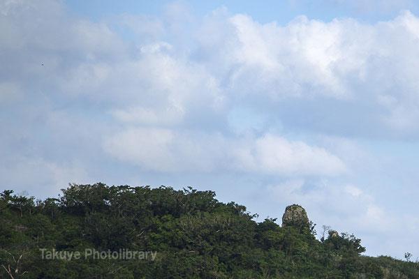 06c-0001 浦添城跡の最東端にある「ハナリジー」別名:為朝岩 右端の岩