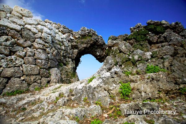 06b-0007 玉城城 主郭の城門 自然石をくり抜いてつくられた円形の特徴的な城門