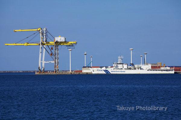 15-0032 那覇新港のガントリークレーンと第11管区海上保安本部の大型巡視船「おきなわ」