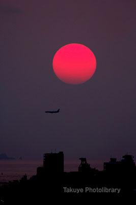 07c-0006 真赤な太陽と飛行機