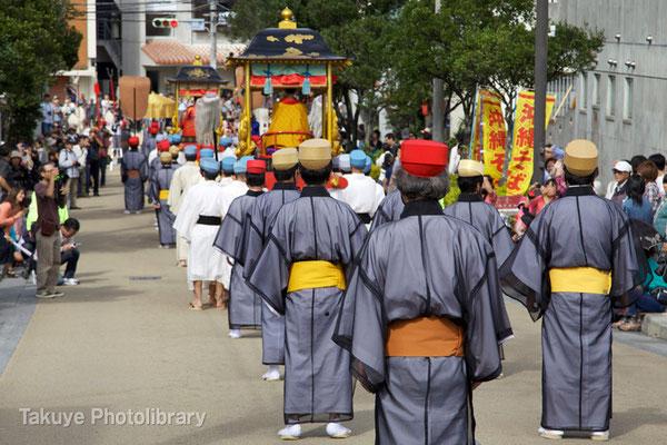 01c-0034 随行人(ウチリグニンジュ)の列で、国王の「御三ケ寺参詣行列」は終ります。
