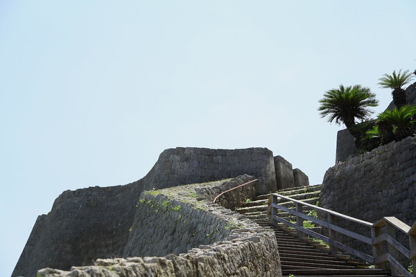 03-0013 曲線を描く城壁が美しい