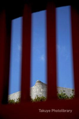 01-0064 継世門格子越しに見た城壁