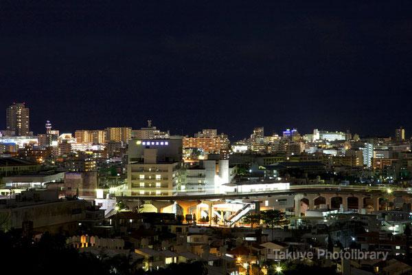 07b-0009 那覇新都心の夜景 モノレール駅とモノレールの光跡