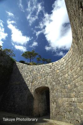 06c-0012 陵壁の縦曲線、横曲線と間口の狭さが描く造形