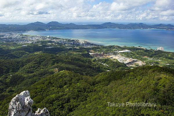 07-0098 嘉津宇岳 山頂からの望む名護湾