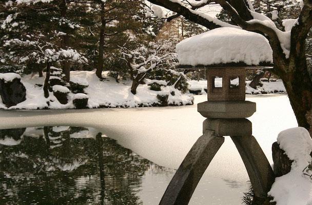 09-0028 雪吊りの兼六園