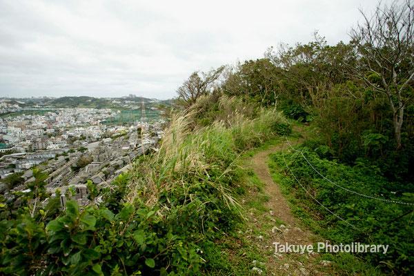 06c-0009 浦添城跡の最東端にある「ハナリジー」へ向かう尾根道