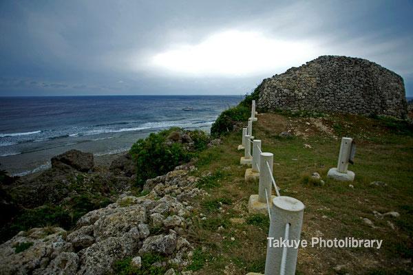 06d-0003 左側城門と崖下に広がる東シナ海。