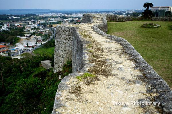 03-0026 うねるように曲線を描く城壁