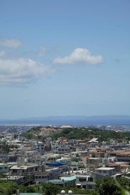 01-0002 首里城全景と慶良間諸島 東側からの眺め
