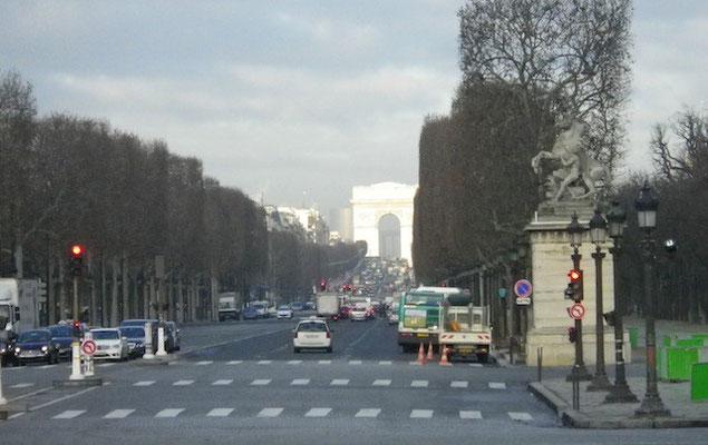 10-0012 朝のシャンゼリゼ大通り…奥は朝日に照らされた凱旋門(車窓から)