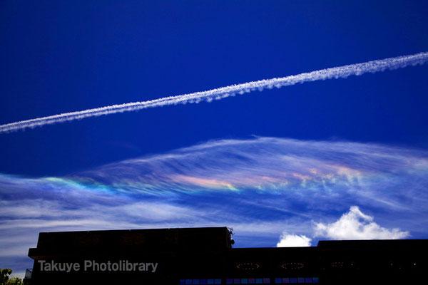 07c-0001 ひこうき雲と七色の雲、彩雲