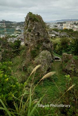 06c-0006 浦添城跡の最東端にある「ハナリジー」別名:為朝岩