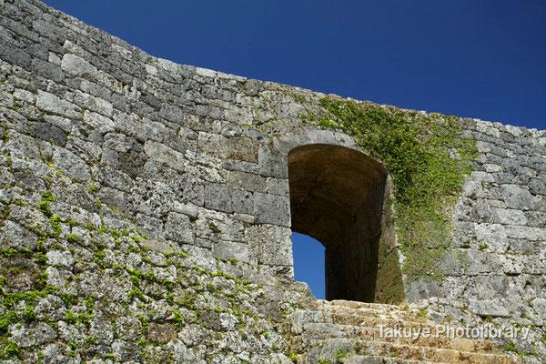05-0015 一の郭(いちのくるわ)のアーチ門。二の郭より高い階段が…