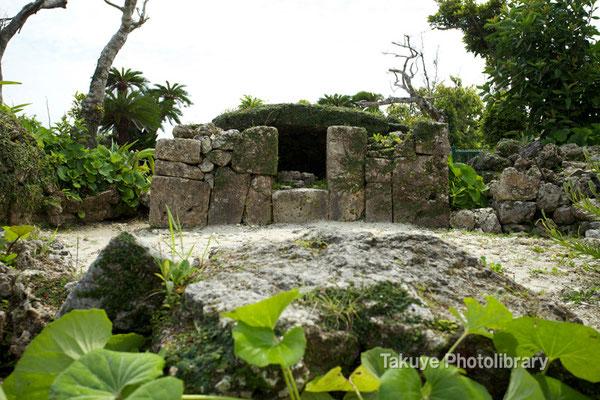 04-0004 中城城 南の郭。 この拝所は、御當蔵火之神(うとぅくらひぬかん)。 通称、首里遙拝所(すいうとぅし)と呼ばれる。