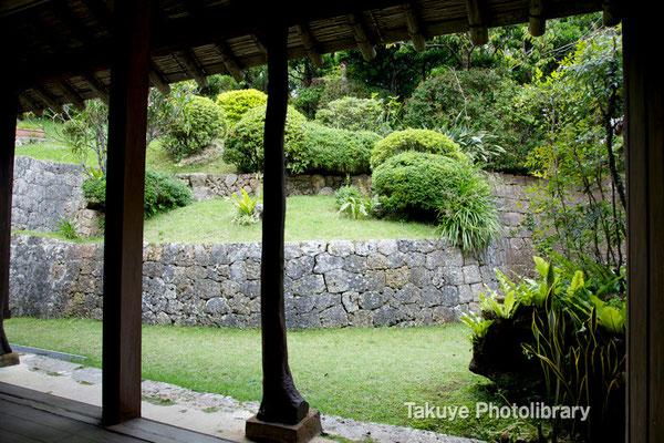 06f-0005 一番座から見た東側の庭。一番座(イチバンザー):客間